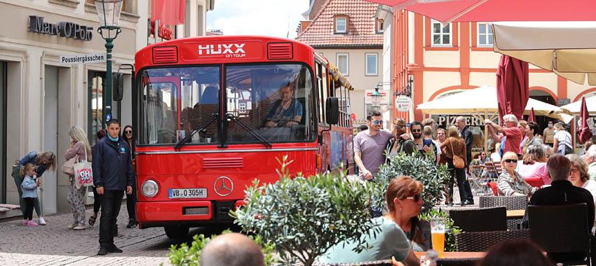 Der Musikbus in der Fußgängerzone am Buttermarkt Fulda (Bild: Osthessen-Zeitung)