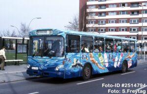 28.03.1989, Neues Einsatzgebiet des Busses ist nun der innerstädtische Betriebshof in der Cicerostraße, womit sich der Bus sofort für eine bunte Bemalung qualifiziert hat. Im Einsatz auf der Südberliner Line 30 nimmt der Bus an der Haltestelle Motzener Straße die Fahrgäste Richtung Steglitz auf. (Foto: S.Freytag)
